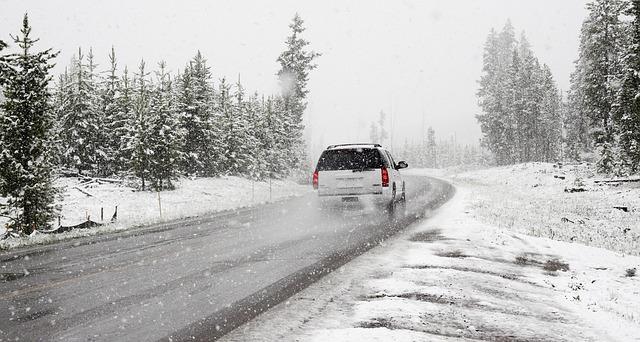 Podmienky a faktory, ktoré sa pri jazde autom dnes neoplatí podceňovať